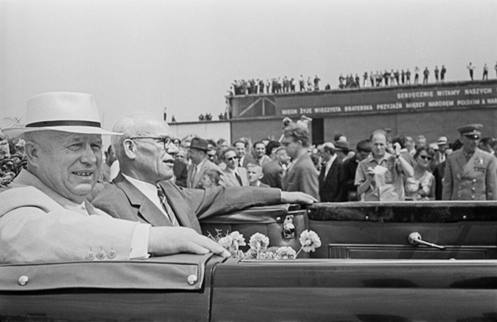 Przylot pierwszego sekretarza KC KPZR Nikity Chruszczowa do Warszawy. Nikita Chruszczow i pierwszy sekretarz KC PZPR Władysław Gomułka, lotnisko wojskowe na Bemowie, 22 lipca 1959 roku.