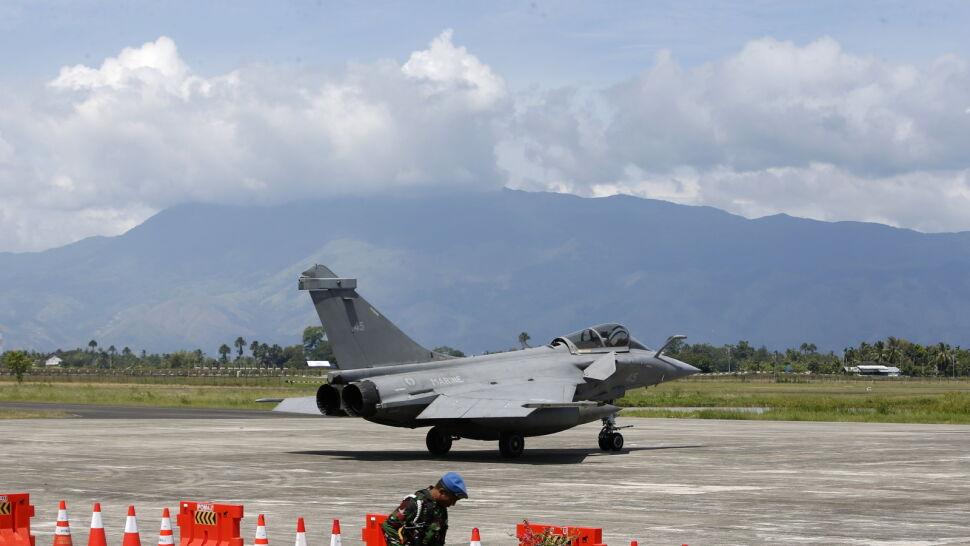 Pogoda popsuła plany. Francuskie myśliwce musiały lądować w Indonezji