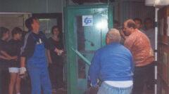 W korytarzu szkolnym postawiono budkę telefoniczną
