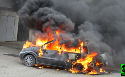 Ford zapalił się w garażu, ojciec i syn poszkodowani