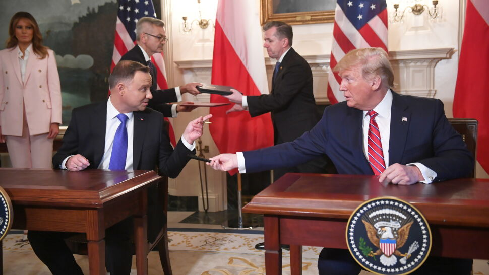 Prezydenci wymienili się piórami. Trump: to podobno przynosi szczęście