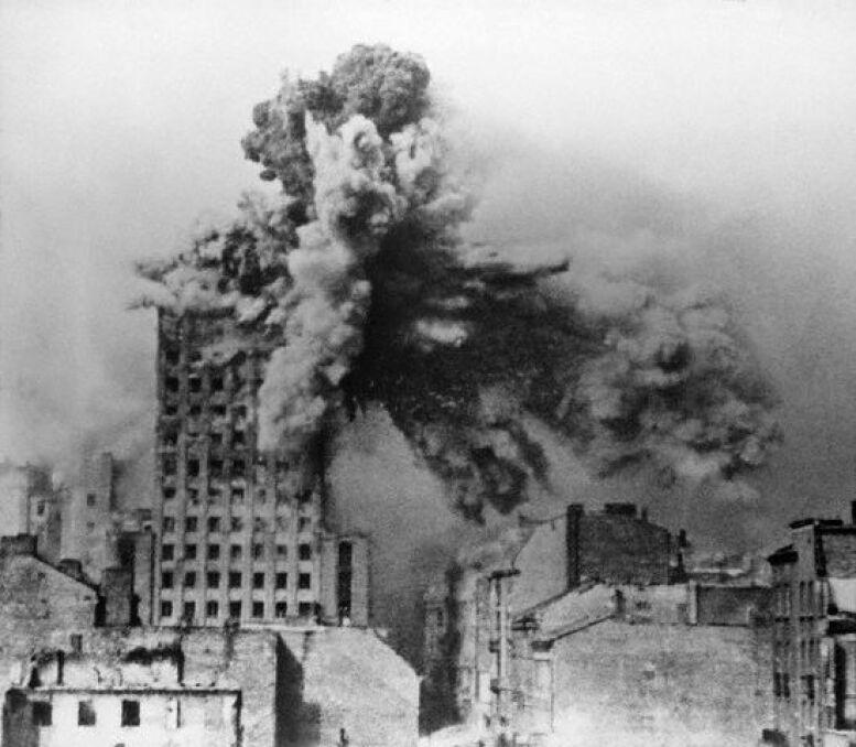 28 sierpnia gmach Prudentialu został trafiony przez 2-tonowych pocisk z moździerza Karl Gerät. Widok z dachu domu przy ul. Kopernika 28