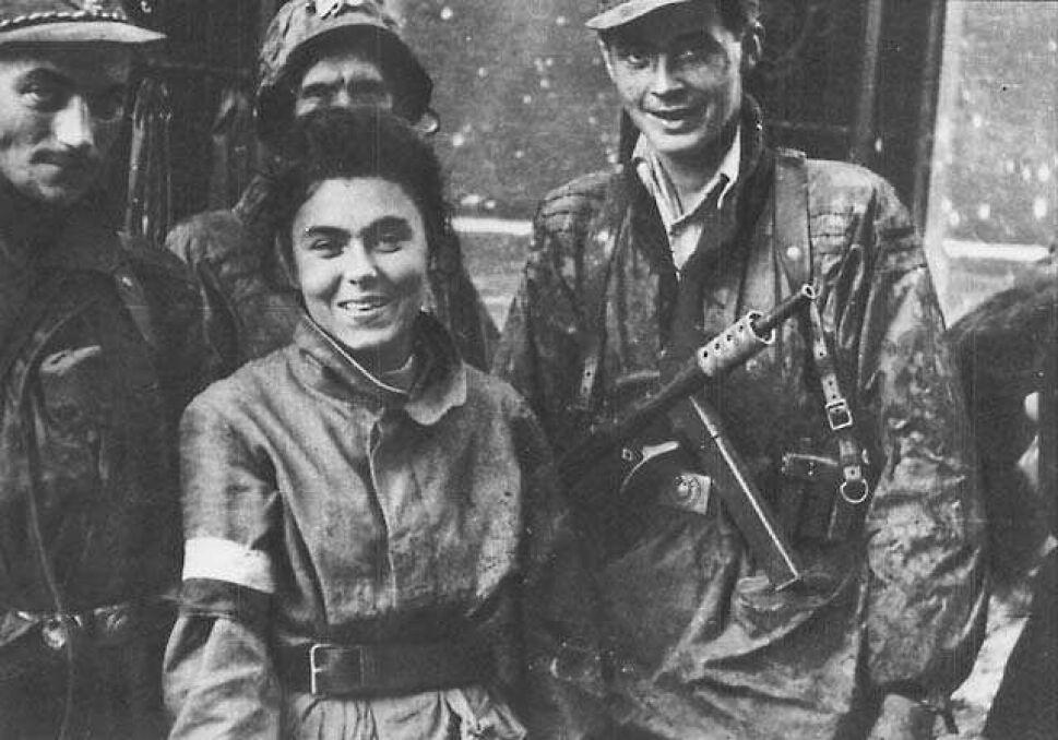 """Kompania """"Maciek"""" batalionu """"Zośka"""" po przejściu kanałami do Śródmieścia, na ulicę Warecką, dnia 2.IX.1944. Zofia Dąbrowska """"Zośka"""" zginie 3 dni później na Czerniakowie"""
