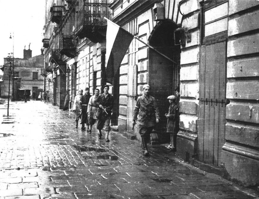 """1 sierpnia 1944, godzina """"W"""" (17.00). Patrol por. """"Agatona"""" z batalionu """"Pięść"""" na pl. Kazimierza Wielkiego"""