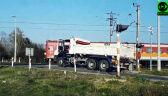 Ciężarówka utknęła między rogatkami
