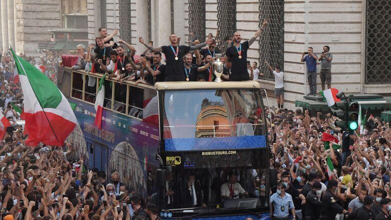Mistrzowie wrócili do domu. Otwarty autobus i wielka feta na ulicach Rzymu