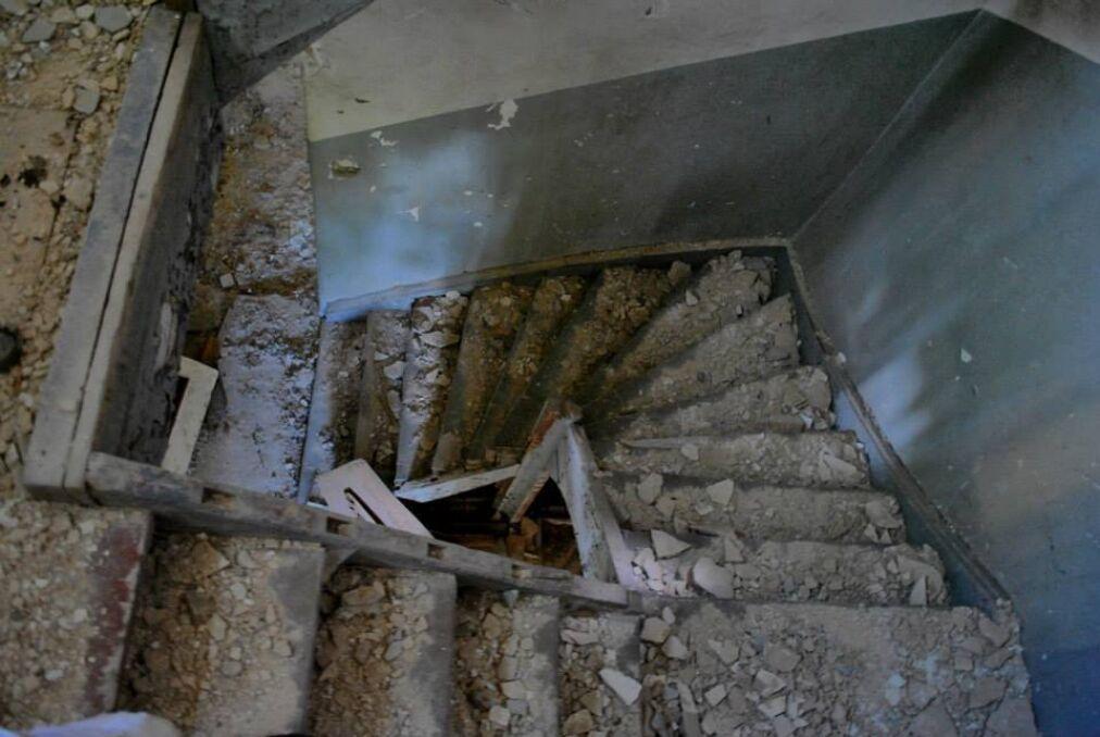Jedna ze zrujnowanych klatek schodowych prywatnego budynku