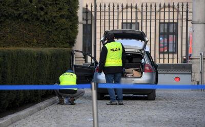Incydent przed Pałacem Prezydenckim. Auto zatrzymało się na zaporze