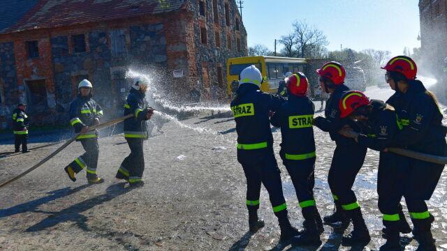 Wszyscy mokrzy w Przelewicach. Wielka strażacka bitwa płci