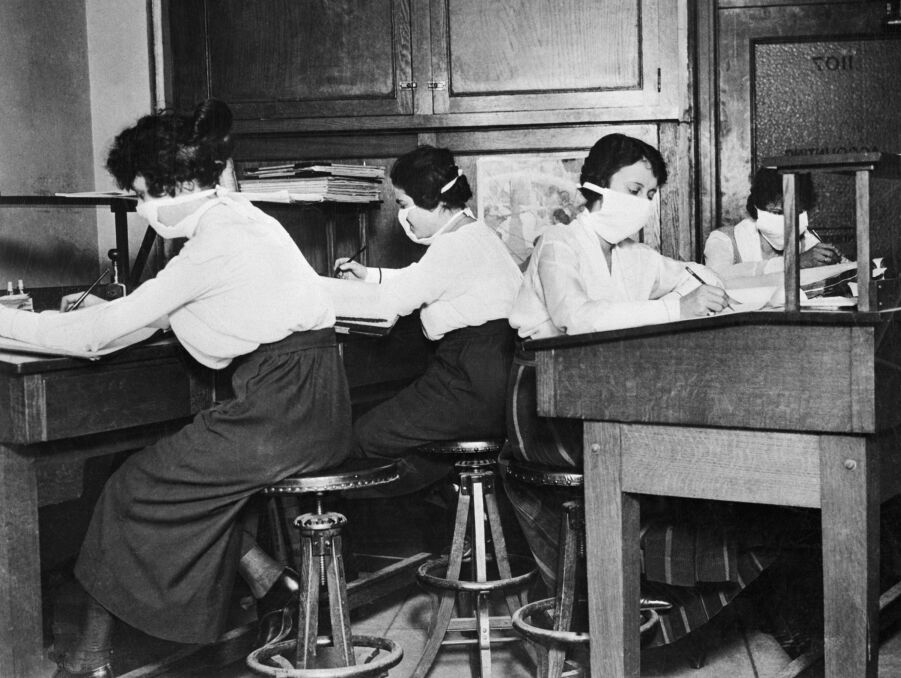 Kobiety noszą materiałowe maski chirurgiczne, aby chronić się przed grypą. Światowa epidemia grypy zabiła 20 milionów ludzi między 1918 a 1920 rokiem