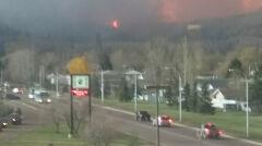 Większość mieszkańców uciekało przed płomieniami własnymi samochodami, pozostałych zabrały podstawione autobusy