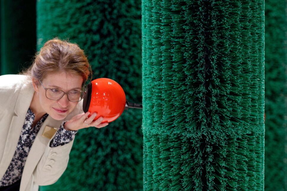 """Pracownica nowego muzeum Grimmwelt """"zwiedza uchem"""" wystawę stałą poświęconą braciom Grimm"""