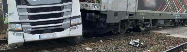Utknął w korku, chciał wycofać  i zderzył się z lokomotywą
