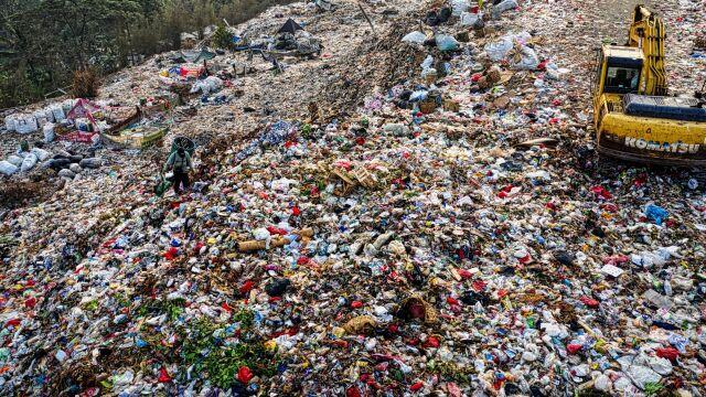 Cztery lata więzienia lub 38 tys. dolarów grzywny. Afryka walczy z plastikiem