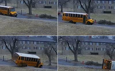 Poślizg, uderzenie w krawężnik. Szkolny autobus jazdę zakończył na boku