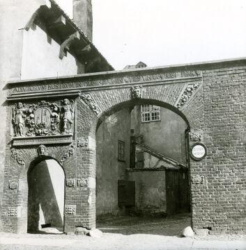 Brama przy kościele św. Piotra i Pawła przy ul. Żabi Kruk