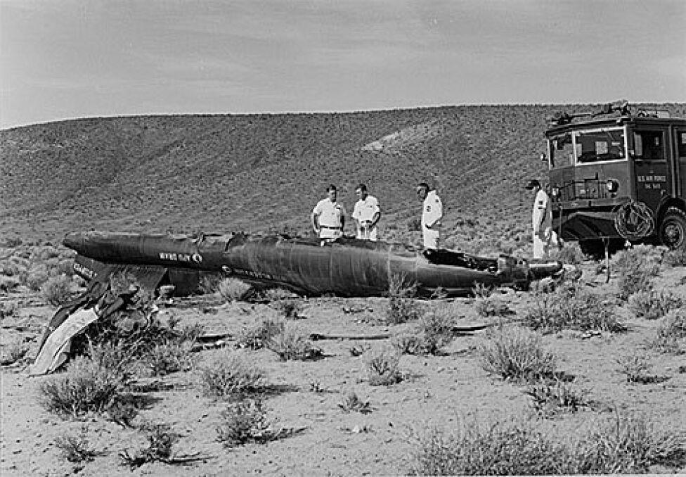 Jedna z większych części rozerwanego na kawałki X-15 z Adamsem za sterami