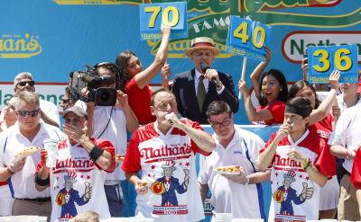 Konkurs w jedzeniu hot dogów. Zwycięzca pochłonął 71 sztuk w 10 minut