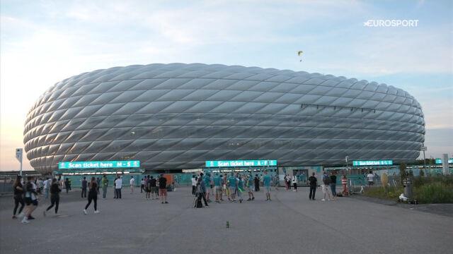 Paralotniarz nad stadionem Allianz Arena przed meczem Francja – Niemcy