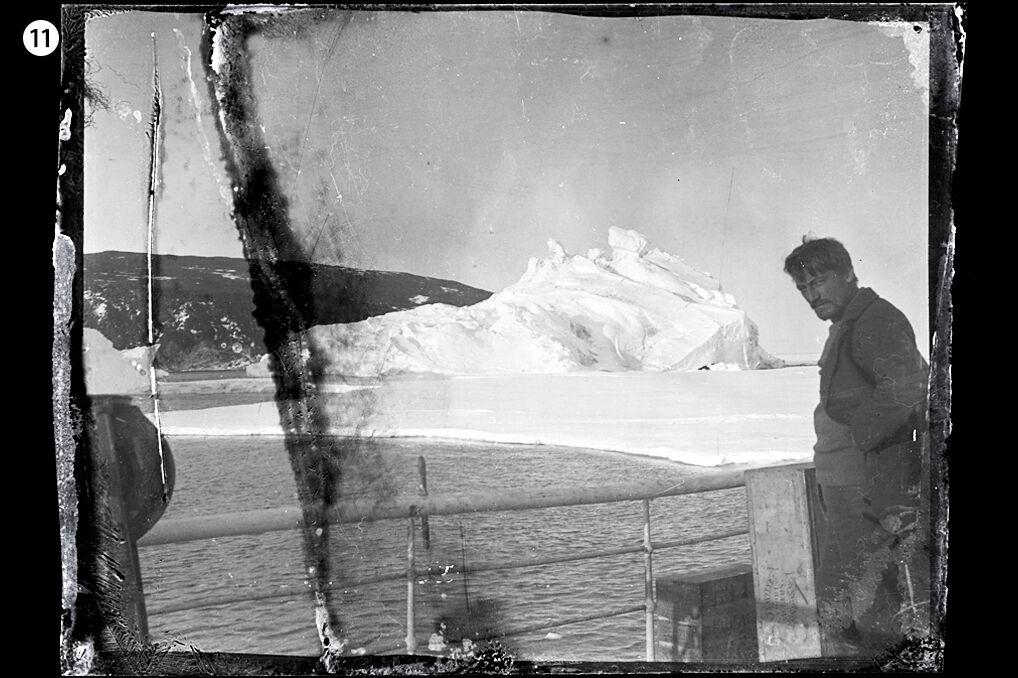 Jedna z fotografii odzyskanych z porzuconej chaty polarników na Wyspie Rossa. W kadrze Alexander Stevens, główny geolog i naukowiec drugiej części wyprawy Shackletona. Stoi na pokładzie statku Aurora.