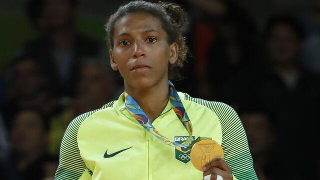 """Bohaterka igrzysk na dopingu, tłumaczy się zabawą z dzieckiem. """"Dawałam jej possać mój nos"""""""