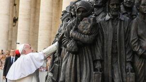 Tratwa z migrantami na placu Świętego Piotra.