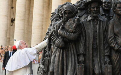 Odsłonięcie pomnika migrantów w Watykanie