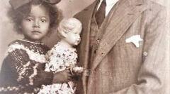 Sam Sandi ze starszą córką Gabrysią. Inowrocław ok. 1934