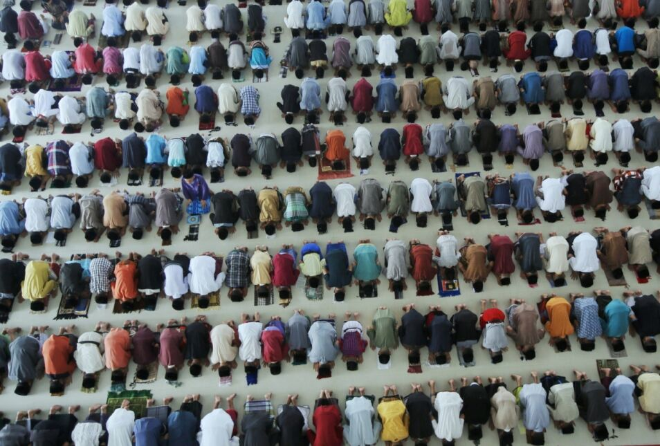 Setki indonezyjskich studentów czytających Koran w pierwszym dniu Ramadanu