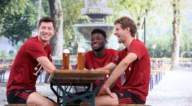 Piłkarze wznieśli toast, Lewandowski w specjalnej sesji