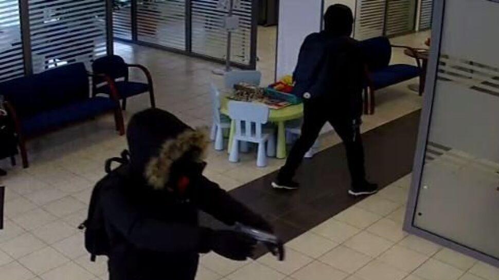 Zamaskowani mężczyźni wchodzą do banku, wymachują bronią i uciekają z pieniędzmi
