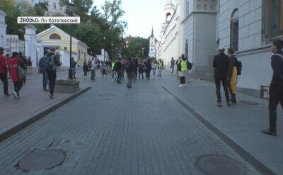 Rosyjski policjant wymierzył cios pięścią w brzuch dziewczyny