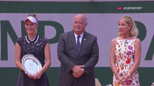 Ceremonia wręczenia pucharu dla Ashleigh Barty we French Open