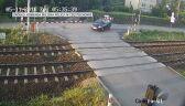 Pociąg zmiótł samochód z przejazdu - wideo bez dźwięku