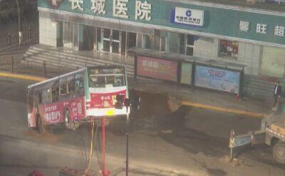 Służby wyciągają autobus z dziury w Chinach