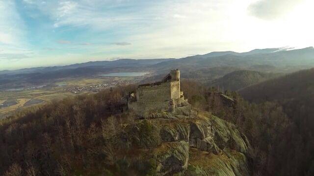 Zamek Chojnik widziany z drona