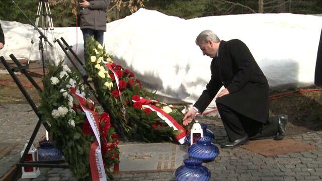 Polskie władze i krewni ofiar pod pomnikiem w Lesie Katyńskim