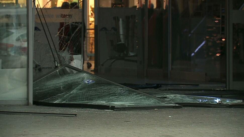 Wjechali samochodem do centrum handlowego, okradli sklep jubilerski