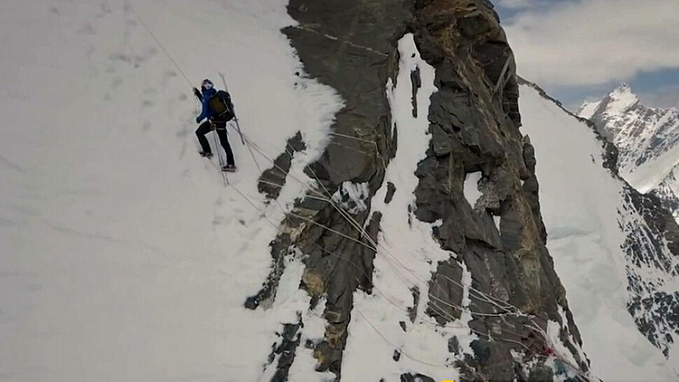 Jako pierwszy wszedł na K2 i z niego zjechał. Opowieść o lawinach, szczelinach i braku tlenu