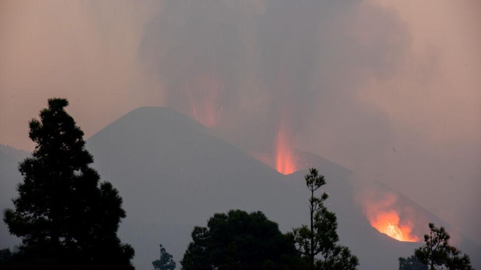 Erupcja wulkanu Cumbre Vieja nie ustępuje. Nagromadzony pył wymusił zamknięcie lotniska na wyspie