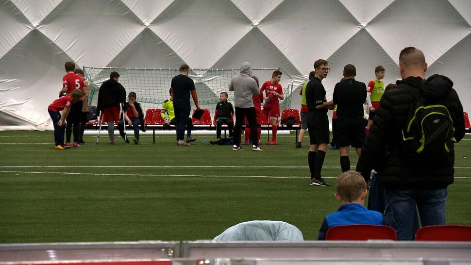 Niepełnosprawne dzieci z miłością do piłki nożnej walczą o puchar