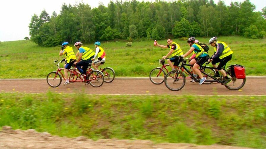 Wyjątkowy rajd rowerowy. Niewidomi na tandemach przemierzają Dolny Śląsk