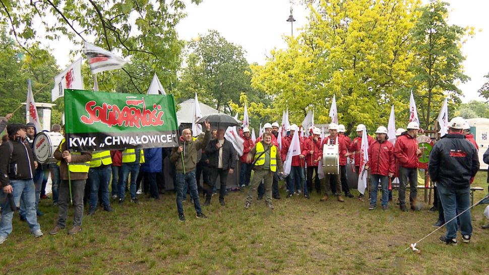 Górnicy przyjechali do protestujących pracowników sądów