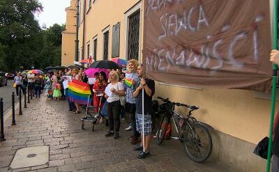 """Doniesienie i protest przed kurią po słowach abp. Jędraszewskiego. """"To jest sianie nienawiści"""""""
