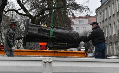 Najpierw obalono pomnik, teraz pomalowano cokół. Co dalej z monumentem ks. Jankowskiego?