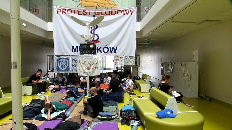 Trwa protest lekarzy. Mają ruszyć kolejne głodówki