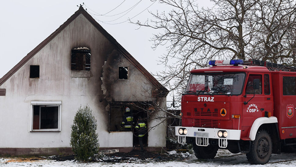 W pożarze stracili dwójkę dzieci i dom. Teraz sąsiedzi budują im nowy