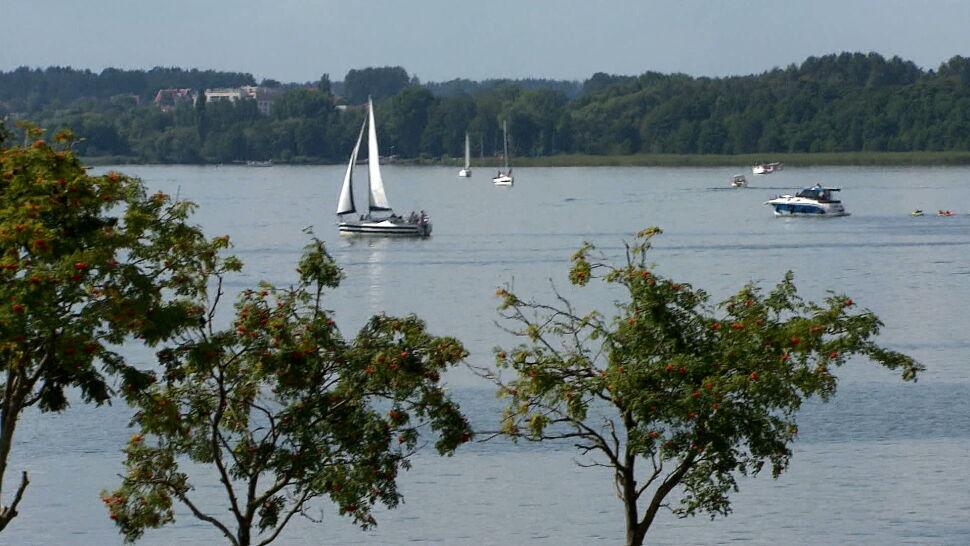 """Większość turystów zrzuca ścieki z jachtów do jezior. """"Czuć taki specyficzny zapach"""""""