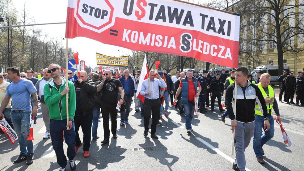 """""""Nie idzie z taksówki wyżyć przez Ubera"""". Taksówkarze protestowali w Warszawie"""