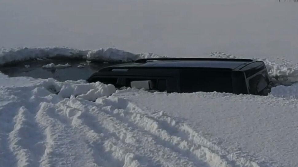 Wjechał autem na zamarznięte jezioro, lód się załamał